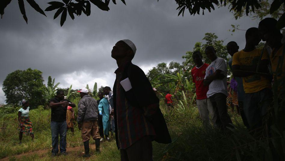 Verzweiflung: Der Leiter einer Dorfgemeinschaft, nachdem ein Beerdigungs-Team die Leiche eines Ebola-Patienten abgeholt hat