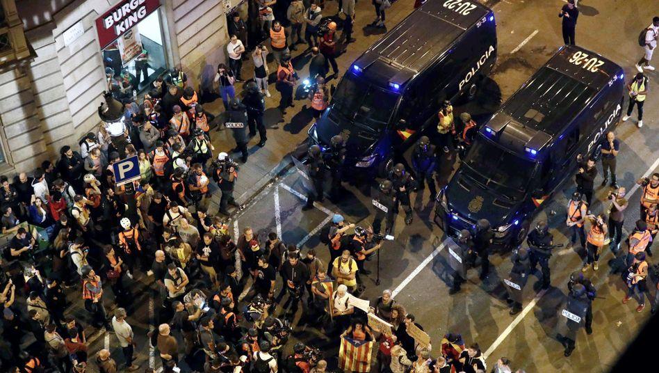 """Polizei und Protestierende in Barcelona: """"Auf Sie!"""""""