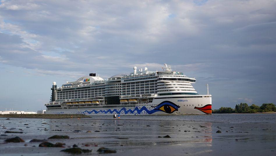 Das Kreuzfahrtschiff AIDAperla bei Niedrigwasser auf der Elbe bei Hamburg-Blankenese
