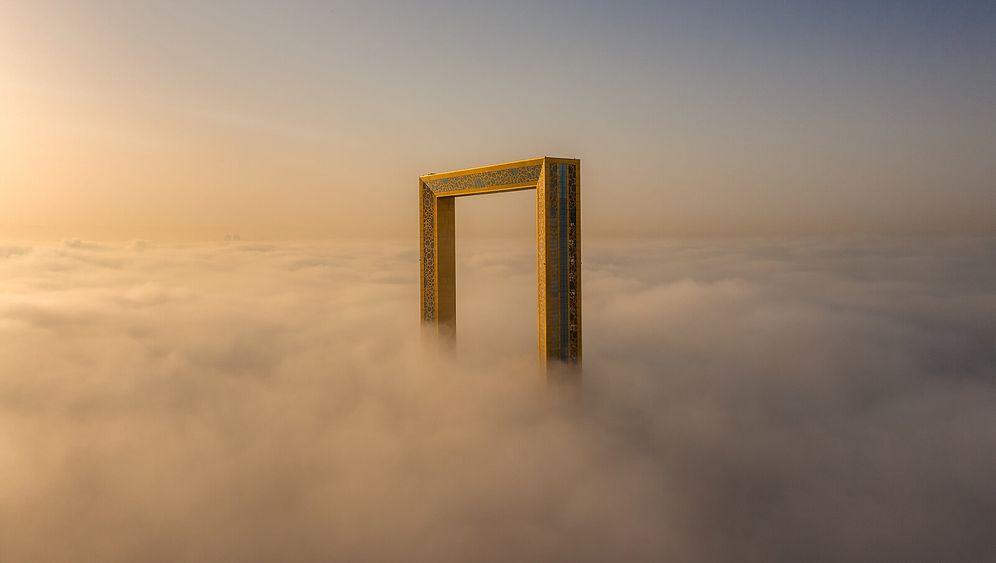 Den richtigen Moment erwischt: Das Hochhaus Dubai Frame scheint sich aus den Wolken zu erheben. Das Bild gewann bei den Aerial Photography Awards einen der ersten Preise.