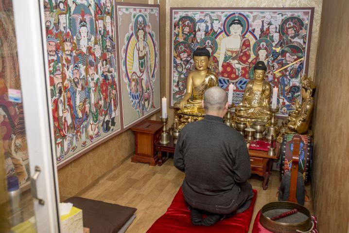 Sim Hyeon lebte zwei Jahre als buddhistischer Mönch in Klöstern, bevor er seinen Laden im Viertel Gangnam der südkoreanischen Hauptstadt Seoul eröffnete.