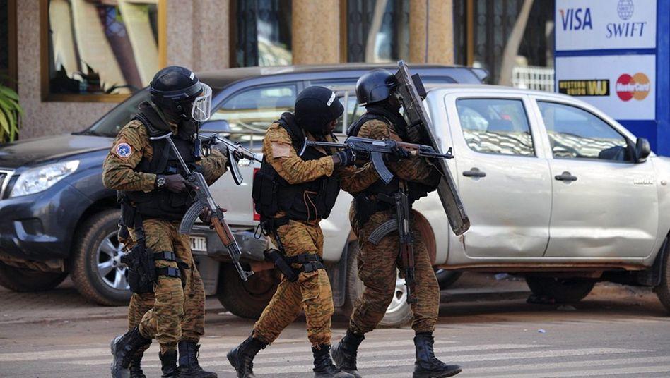 Sicherheitskräfte in vor dem Hotel Splendid in Ouagadougou: Terror hat Burkina Faso erreicht