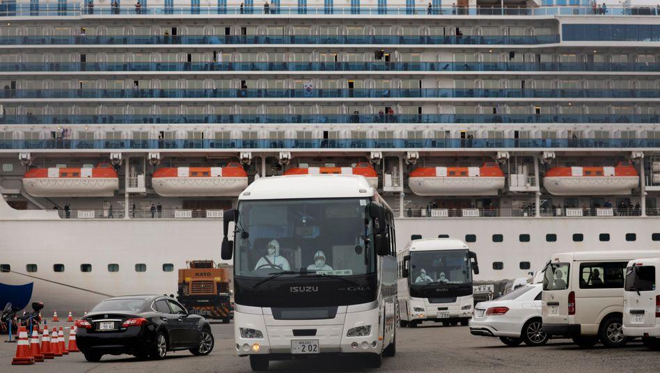 """Evakuierung von Passagieren des Kreuzfahrtschiffs """"Diamond Princess"""" in Yokohama"""
