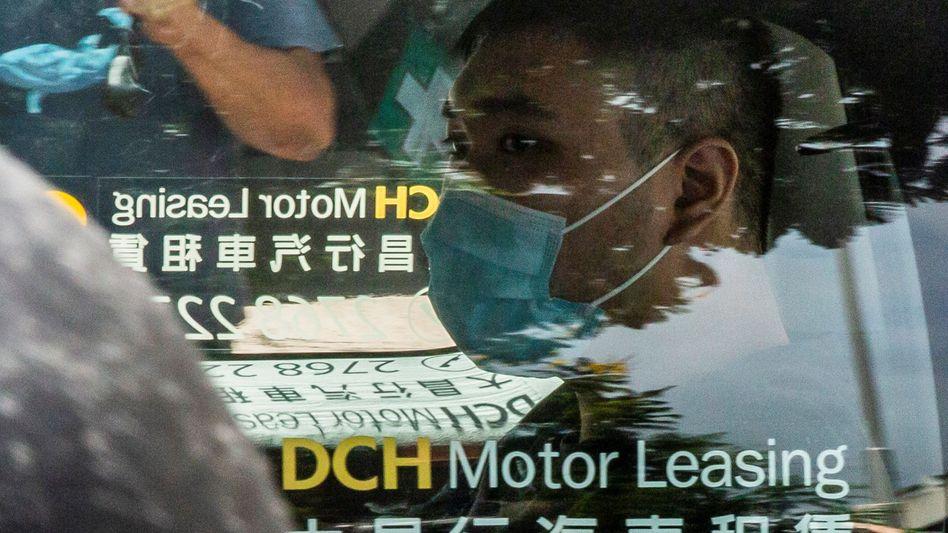 Aktivist Tong Ying-Kit vor einer Gerichtsvorladung im vergangenen Jahr