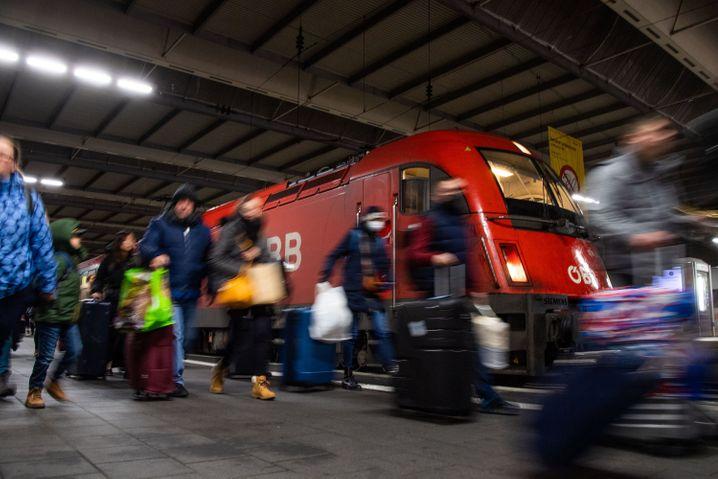 Reisende gehen in München am Eurocity aus Venedig vorbei