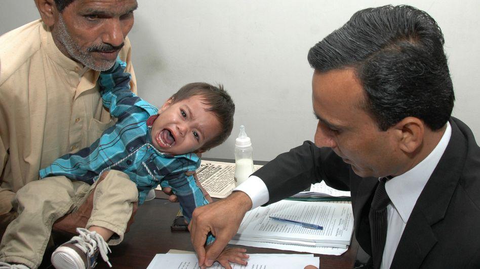 Angst vor Gericht: Dem weinenden Musa Khan werden Fingerabdrücke genommen