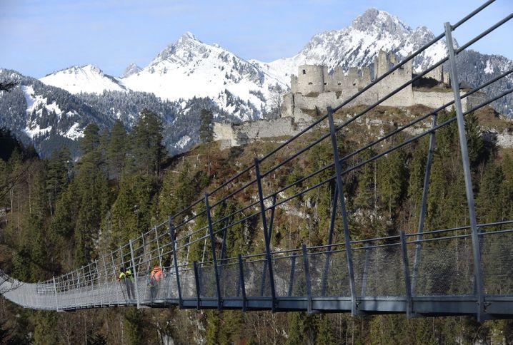 Hängebrücke (Archivbild): Schnell - der Bus kommt in 60 Minuten!