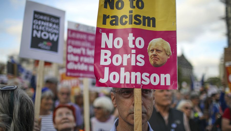 "Proteste vor dem Westminster Palace in London: ""Stop the Coup!"" und ""No to Johnson"""