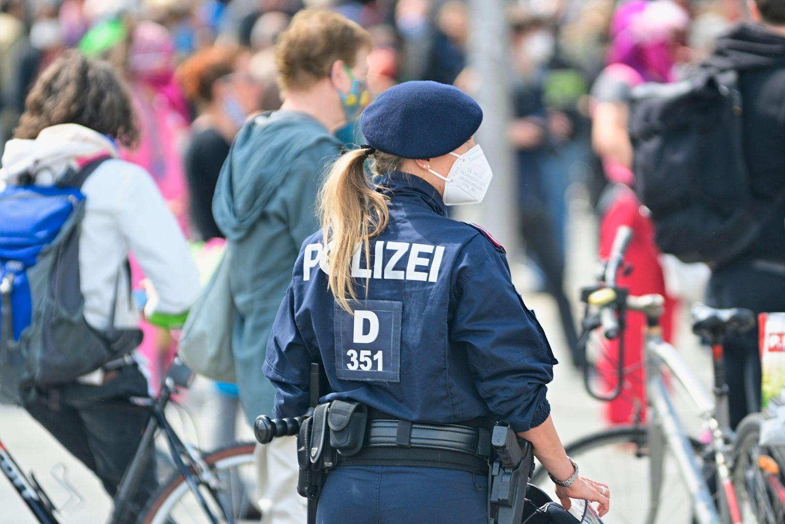 Österreichische Polizei bei einer Anti Corona Demonstration in Wien *** Austrian police at an anti corona demonstration