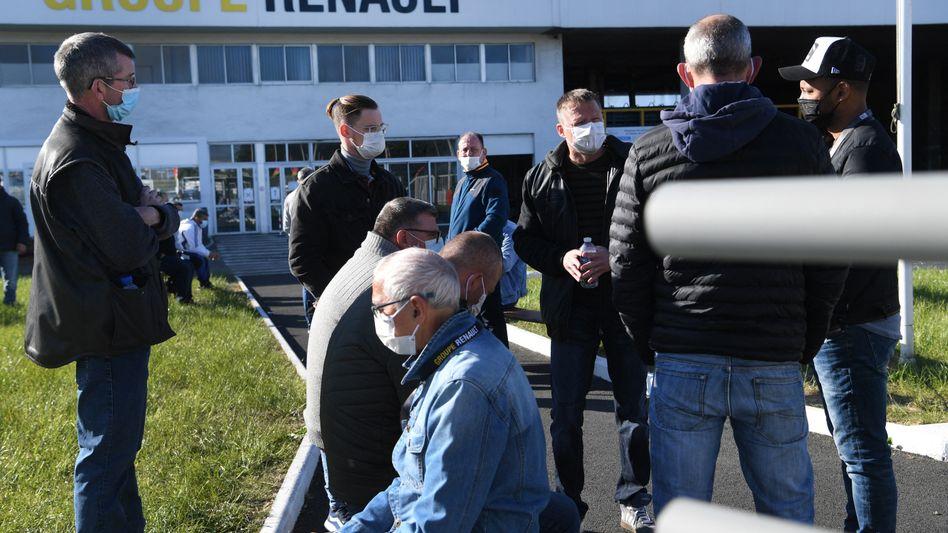 Mitarbeiter vor der Renault-Gießerei in Caudan