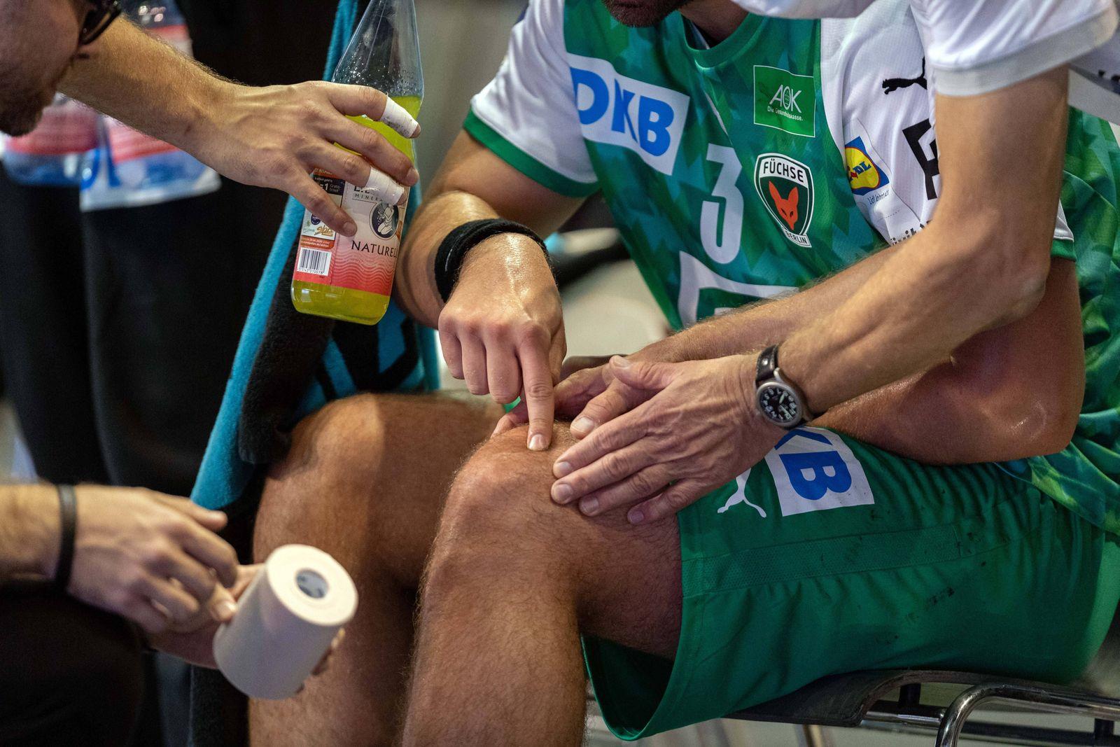 Handball Berlin 15.10.2020 Saison 2020 / 2021 1. Bundesliga / HBL Füchse Berlin - TSV Hannover-Burgdorf Verletzung am Kn