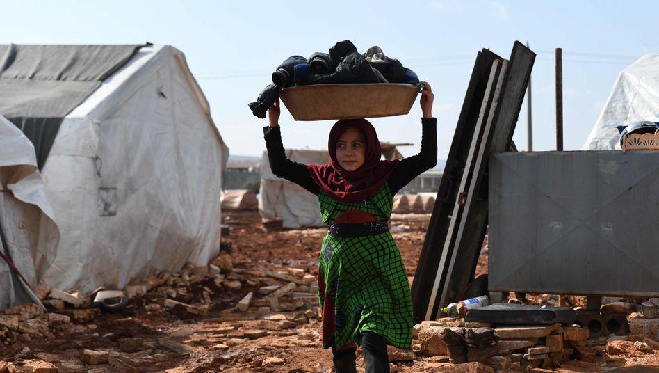 Vor einer ungewissen Zukunft: ein Mädchen in einem Lager für Binnenvertriebene im Nordwesten Syriens