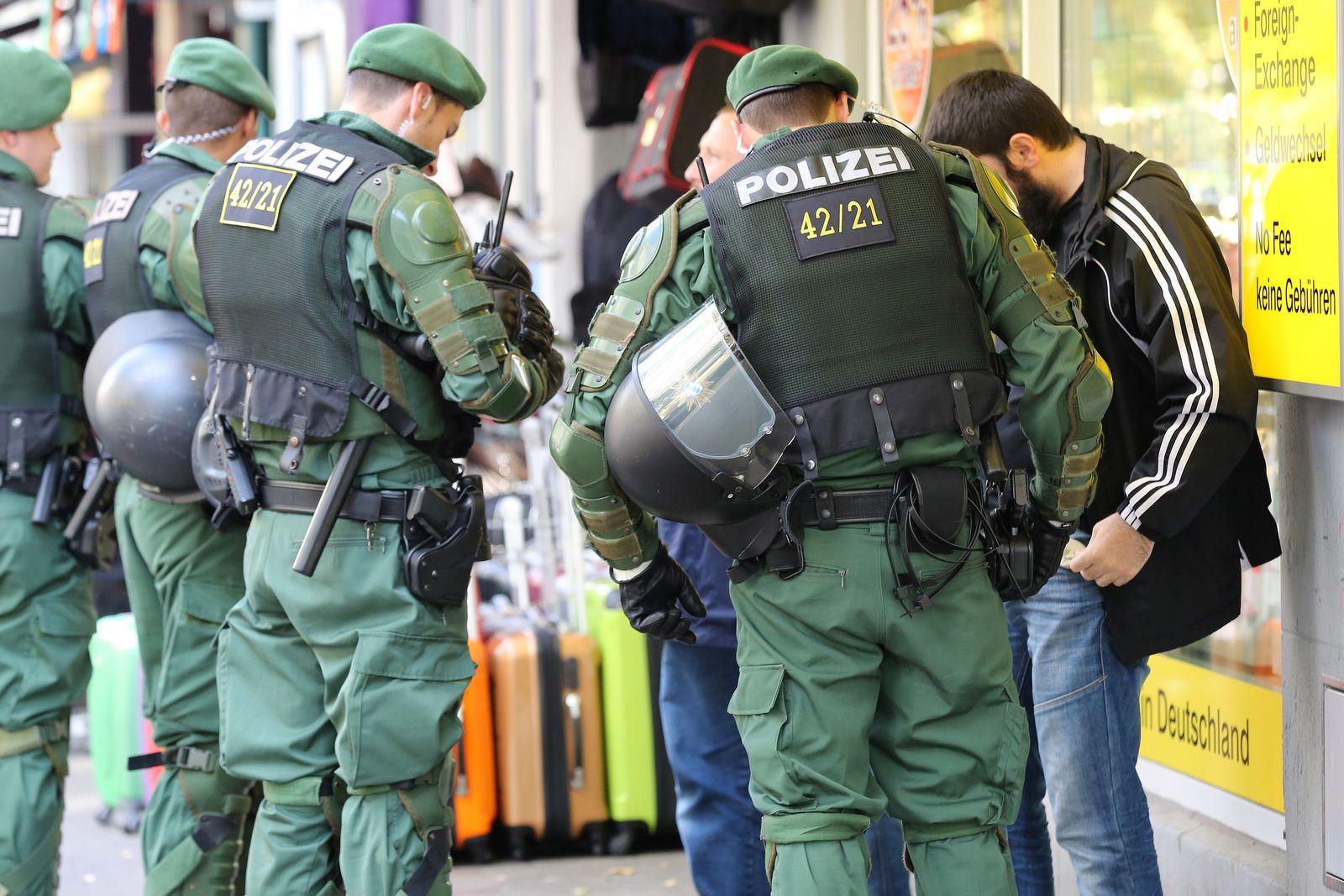 Polizei kontrolliert Muslime