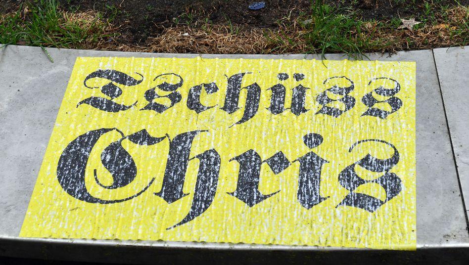 """""""Tschüss Chris"""": Aufkleber vor der Volksbühne Berlin"""