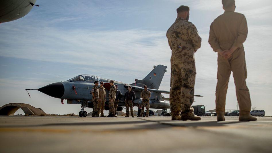 Deutsche Soldaten in Jordanien neben einem Tornado-Jet (Archivbild): In Nordirak soll der Bundeswehreinsatz weitergehen
