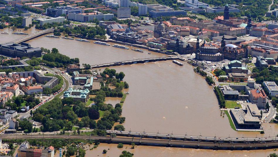 Stadtzentrum von Dresden: Tausende Freiwillige helfen, um das Hochwasser einzudämmen