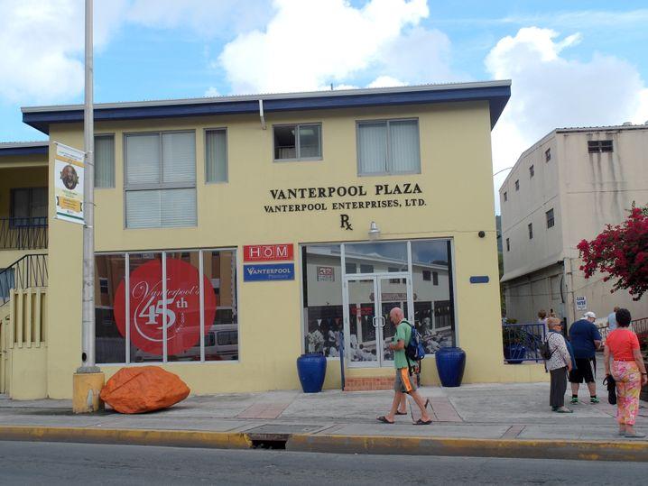 Road Town, Tortola: Hinter den Lamellen-Jalousien im ersten Stock ist der Firmensitz von Arnel, Adifore und Tollin