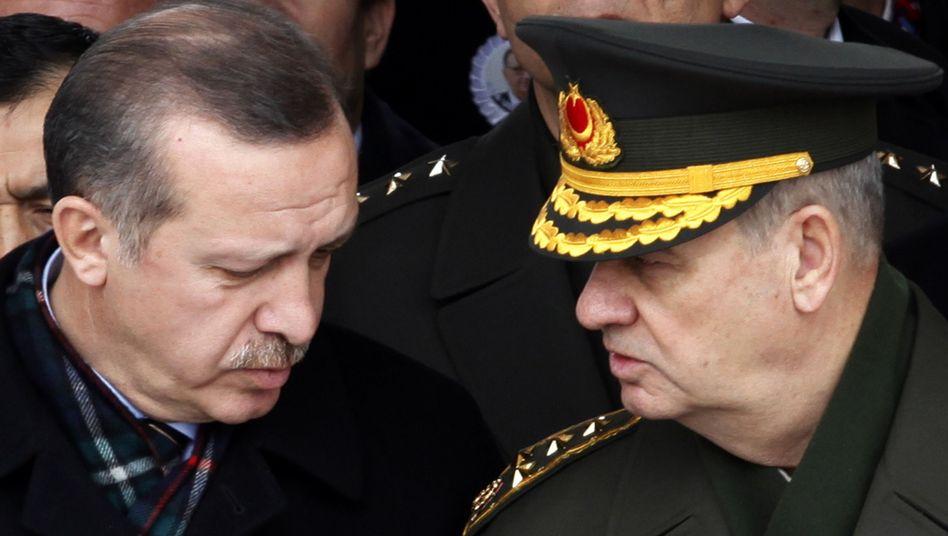 Premier Erdogan (l.), Soldat Basbug (Archivbild): Überraschende Entlassung