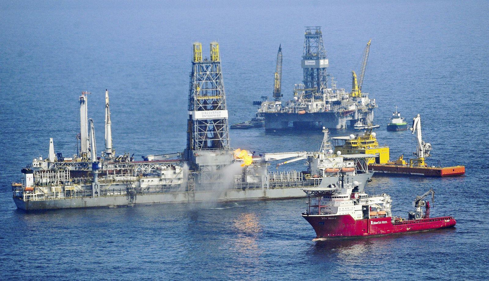 Ölpest im Golf - Abpumpen von Rohöl und Entlastungsbohrung