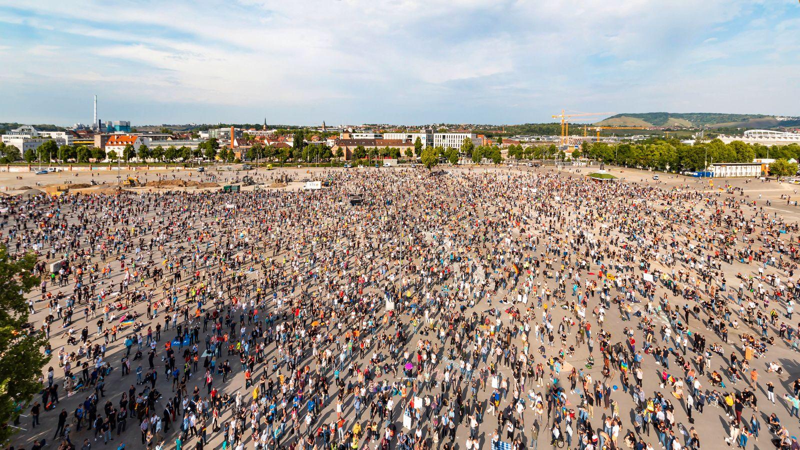 Deutschland, Baden-Württemberg, Stuttgart, 09.05.2020: 7. Mahnwache für das Grundgesetz. Mehrere Tausend Menschen demon