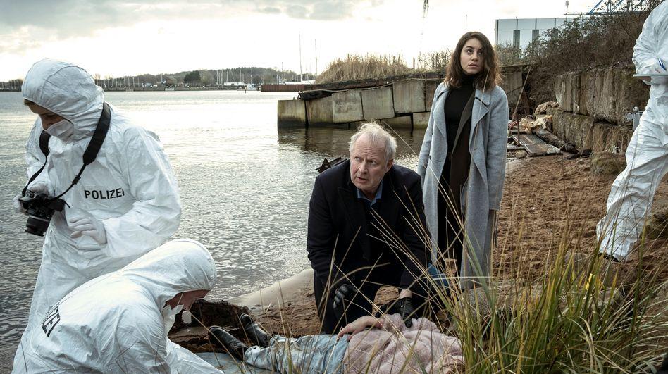 Sahin (Almila Bagriacik) und Borowski (Axel Milberg) am Tatort: organisiertes Verbrechen gegen Frauen