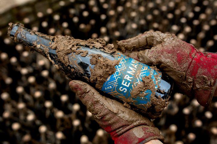 Verschmutzte Flasche: »Wir müssen 15.000 bis 20.000 Flaschen Wein wegschmeißen«