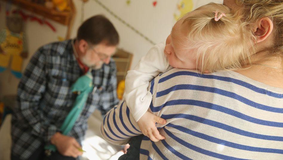 Mutter und Kind bei der Impfung (Berlin): Seit Monaten grassieren die Masern in der Hauptstadt