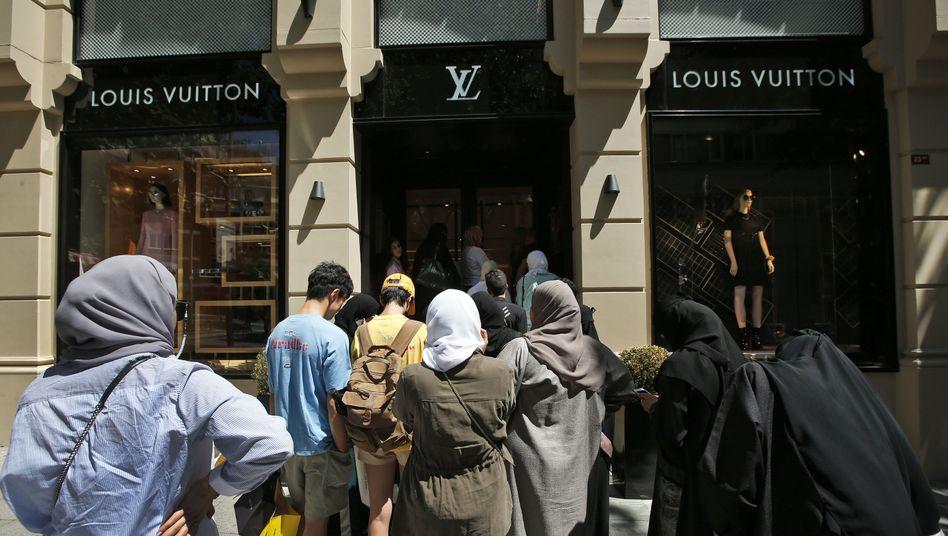 Touristen vor einem Geschäft der Luxusmarke Louis Vuitton in Istanbul