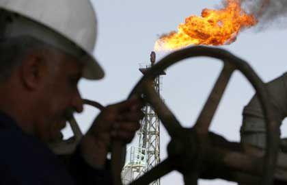 Irakischer Arbeiter an einer Öl-Pipeline: Schmuggel und Terrorfinanzierung?