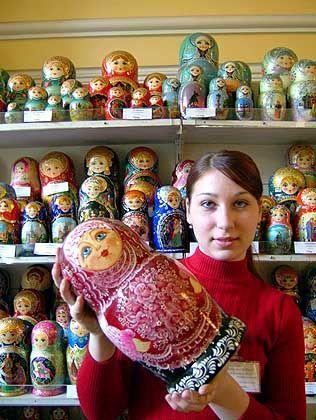 Matrjoschkas im Kaufhaus Gostinny: Die teuerste Holzpuppe kostet umgerechnet etwa 280 Euro und ist rund einen halben Meter hoch
