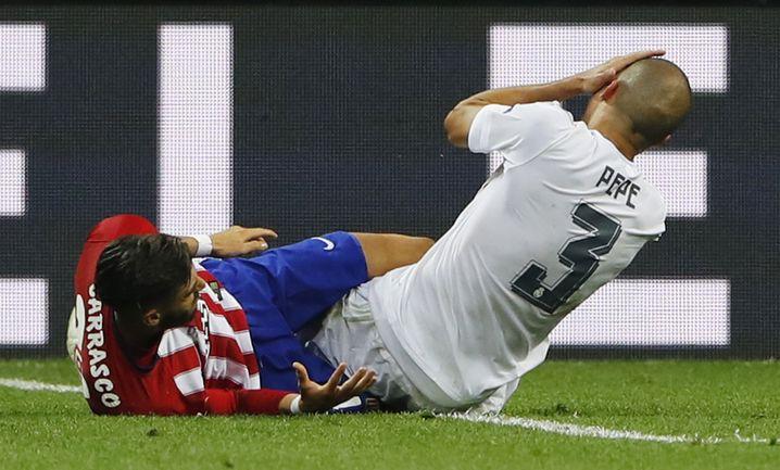 Pepe (r.) mit Schmerzen