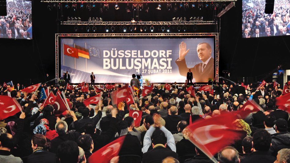 """Turkish Prime Minister Recep Tayyip Erdogan in Düsseldorf on Sunday: """"Our children must learn German, but first they must learn good Turkish."""""""