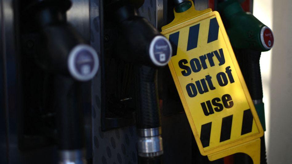 Geschlossene Zapfsäule an einer britischen Tankstelle: Fahrermangel mit Folgen