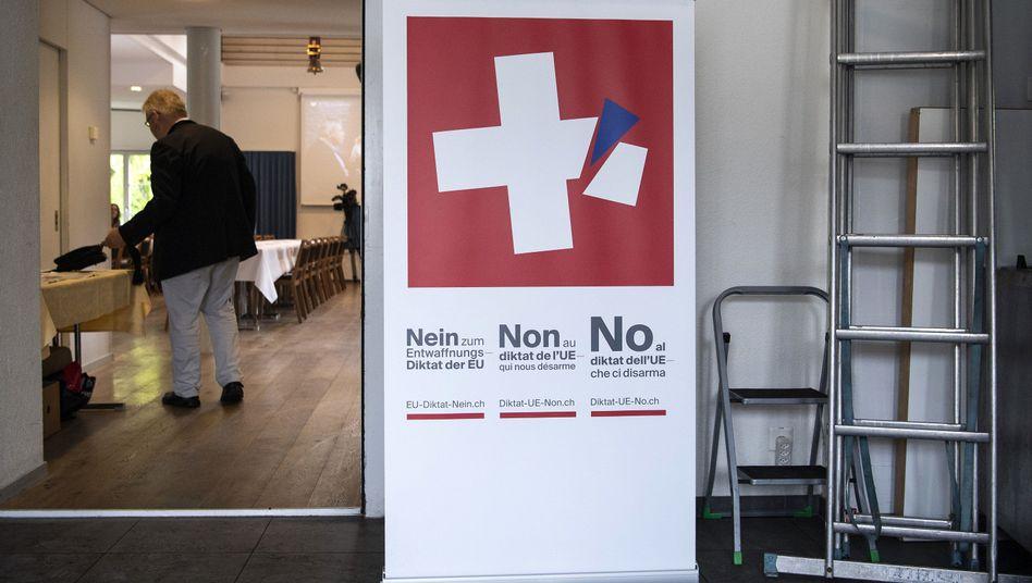 Ein Plakat von Gegnern der Verschärfung des Schweizer Waffenrechts (aufgenommen in Burgdorf)
