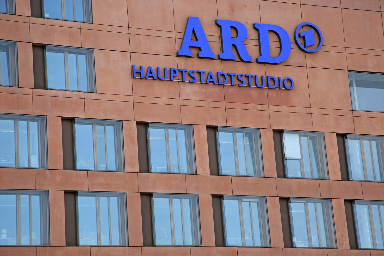 21 07 2018 Berlin GER Fassade des ARD Hauptstadtstudio Anschnitt ARD ARD Hauptstadtstudio a
