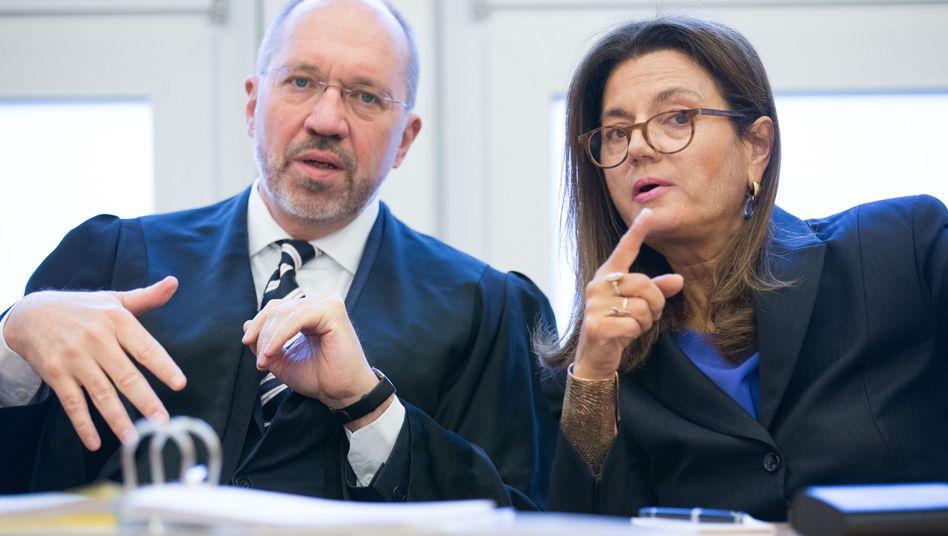 Die Klägerin Margarita Mathiopoulos mit ihrem Anwalt im Sitzungssaal des OVG Münster
