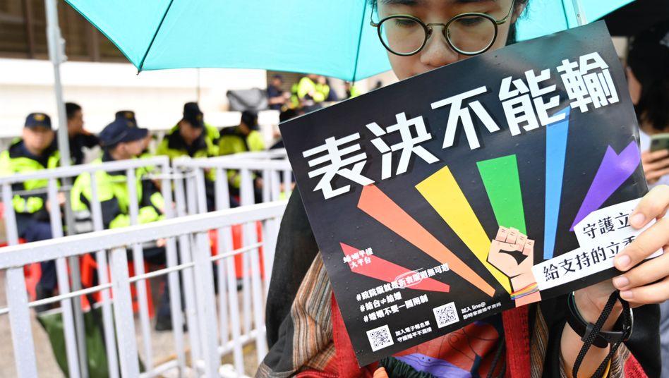 Aktivistin für gleichgeschlechtliche Ehe in Taiwan vor dem Parlament