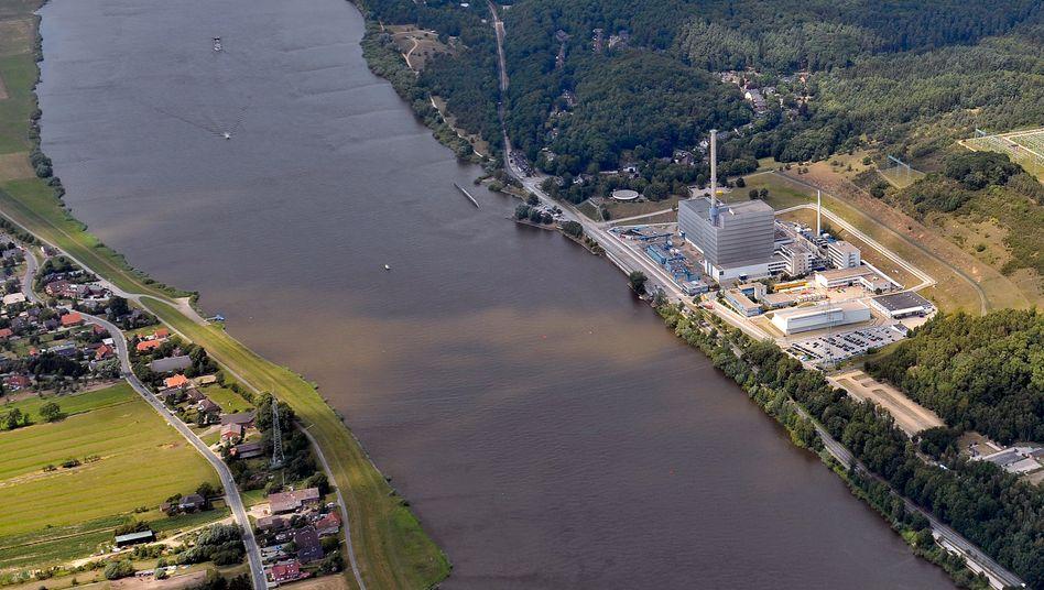 Kernkraft Krümmel (r.) des schwedischen Betreibers Vattenfall in Geesthacht