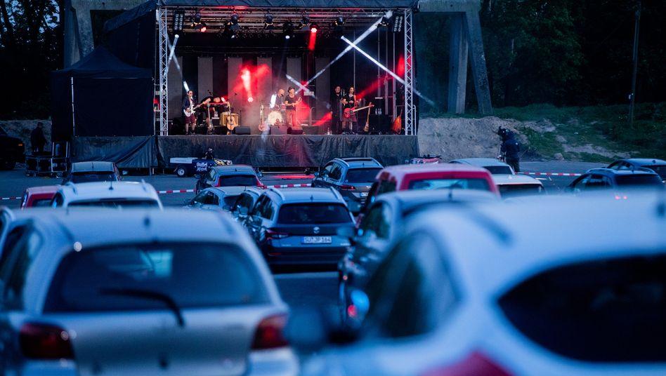 Die Rockband Brings spielte Mitte April ein Livekonzert in einem Autokino in Köln