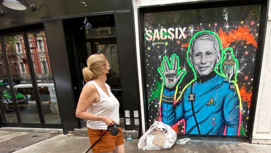 Friend or Foe? Ein Graffiti in New York feiert den Mediziner Anthony Fauci als intergalaktischen Helden, US-Präsident Trump hat den Leiter der Gesundheitsbehörde NIAID wiederholt verächtlich gemacht