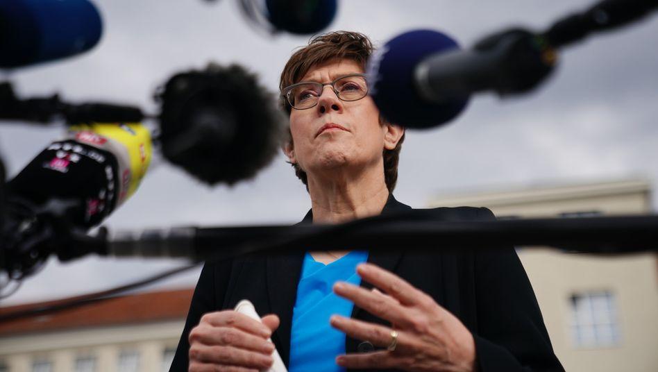 Verteidigungsministerin Kramp-Karrenbauer: »Wählt CDU, dann werdet ihr aufgelöst«