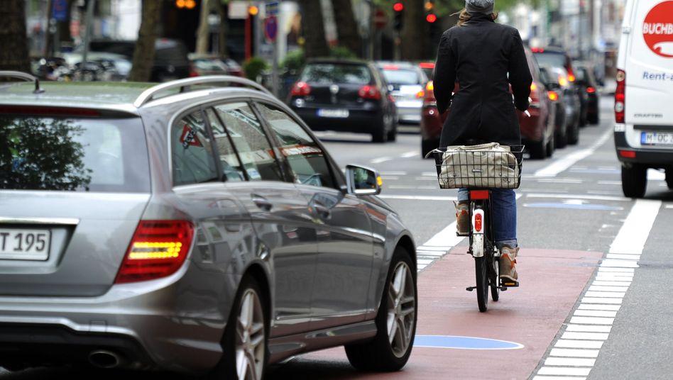 Autos, Radfahrer auf Radfahrstreifen in Köln (Symbolbild)