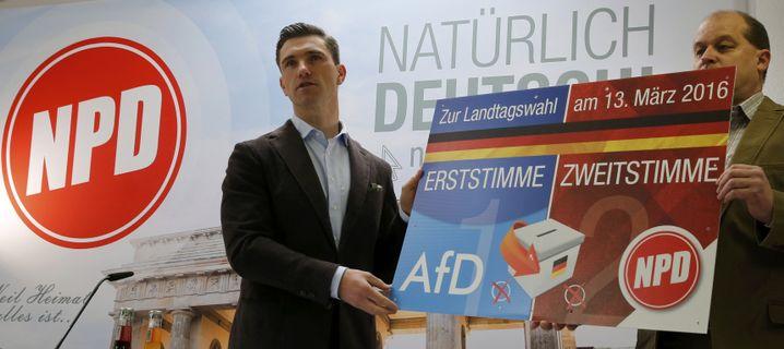 NPD-Chef Frank Franz mit Plakat für die Landtagswahlen im letzten März