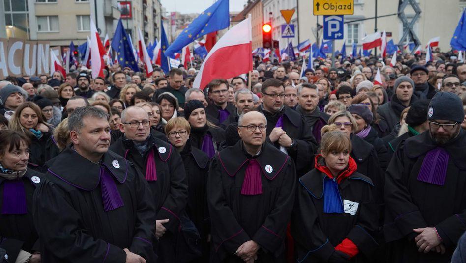 Proteste in Warschau: Juristen aus mehreren europäischen Ländern solidarisierten sich mit den polnischen Richtern