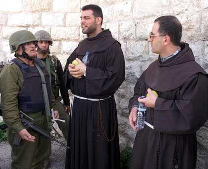 Dieses Bild hat die israelische Armee verbreitet: Israelische Soldaten überreichten den beiden Mönchen je einen Apfel und eine Flasche Wasser