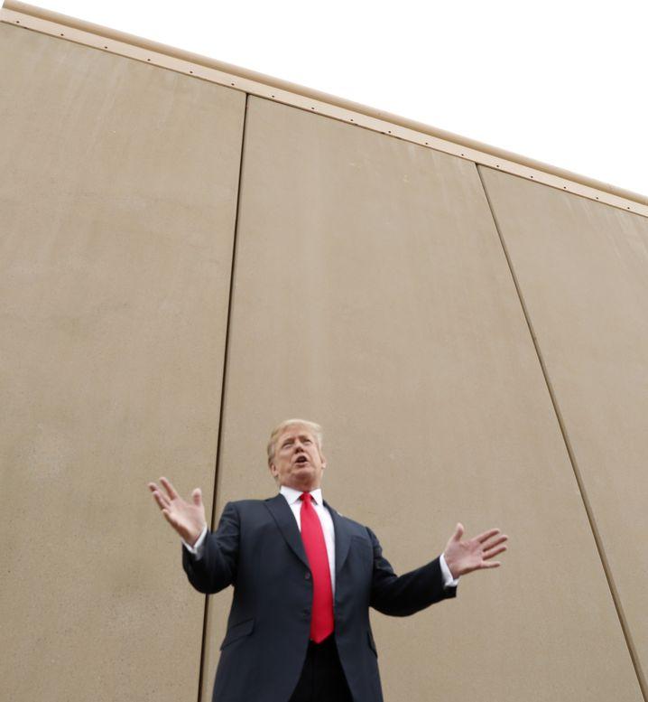 Meterhoch: Trump vor einem Prototyp seiner Grenzmauer