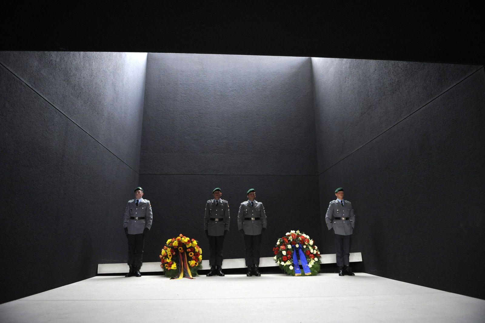 GERMANY-US-AFGHANISTAN-DEFENCE-MCCHRYSTAL-GUTTENBERG