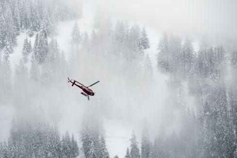 Ein Hubschrauber hat in den Alpen nach dem verschwundenen Tengelmann-Chef gesucht (Archivbild)
