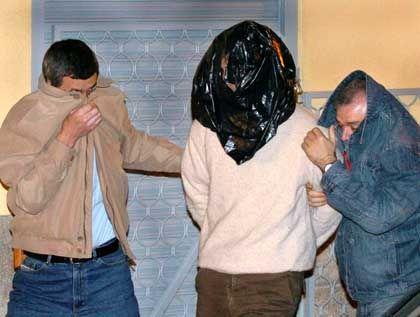 Festnahme in Madrid: Einer der Verdächtigen (M.) mit Polizisten bei einer Ortsbegehung
