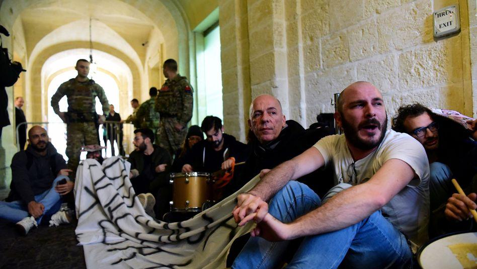 """Aktivisten vor dem Büro von Maltas Premier Joseph Muscat: """"Es geht nicht mehr nur um Korruption, sondern um politischen Mord"""""""
